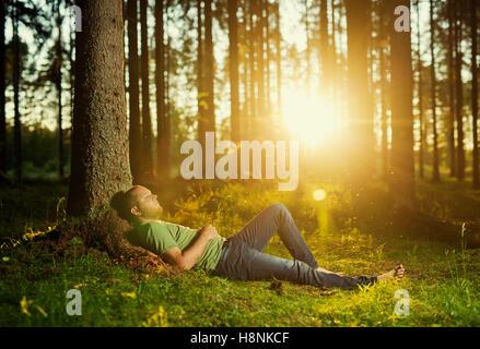 Mann schläft im Fichtenwald - Stockfoto