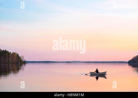 Mann im Boot auf See - Stockfoto
