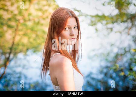 Porträt der jungen Frau im Wald - Stockfoto