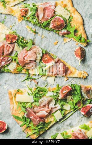 Stücke von Feigen, Parmaschinken, Rucola und Salbei Fladenbrot pizza