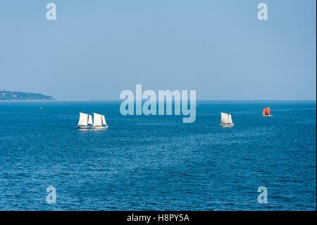 Segelboote Segeln auf tiefblauem Meer und Himmel - Stockfoto