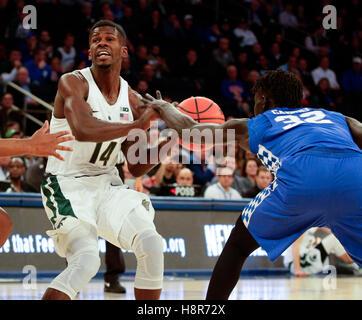 New York, New York, USA. 23. Februar 2016. Kentucky Wildcats vorwärts Wenyen Gabriel (32) entfernt die Kugel aus - Stockfoto