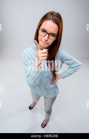 Die junge Geschäftsfrau auf grauem Hintergrund - Stockfoto