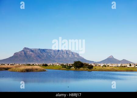 Südafrika, Western Cape, Kapstadt, Tafelberg und Woodbridge Island Leuchtturm - Stockfoto