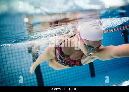 Unterwasser Aufnahme des jungen weiblichen Schwimmer Schwimmen im Pool. Passen Sie junge weibliche Schwimmer Ausbildung - Stockfoto