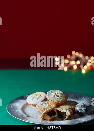 Mince Pies und Weihnachtsbeleuchtung - Stockfoto