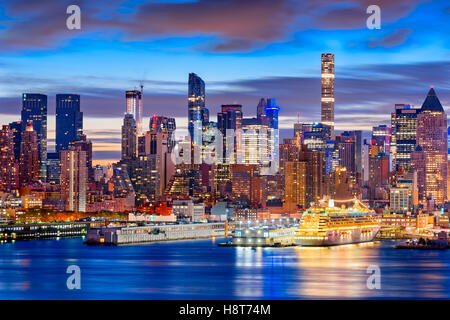 New Yorker Skyline in Midtown Manhattan in der Dämmerung. Stockfoto
