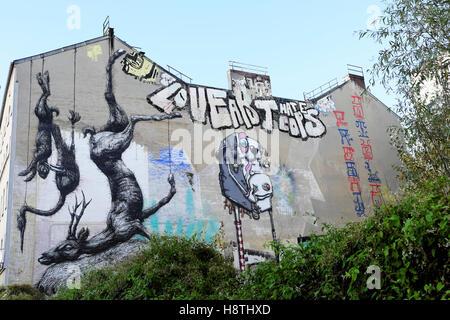 Roa Straße Kunst Tote Tiere hängen an der Seite eines Gebäudes in Kreuzberg, Berlin, Deutschland KATHY DEWITT - Stockfoto