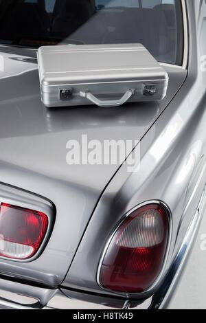 Aktentasche aus ein Geschäftsmann auf den Kofferraum eines Luxus-Autos - Stockfoto