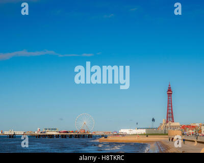 Blackpool Tower und Central Pier, Blackpool, Lancashire, UK. - Stockfoto