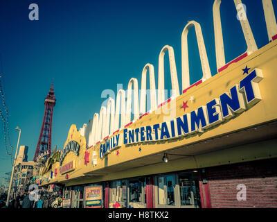 Goldene Meile Familie Unterhaltung Spielhalle Zeichen an Strandpromenade, Blackpool, Lancashire, UK. - Stockfoto