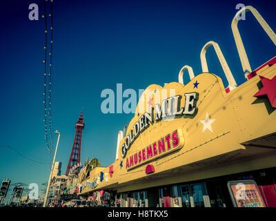 Goldene Meile-Spielhalle Zeichen an Strandpromenade, Blackpool, Lancashire, UK. - Stockfoto