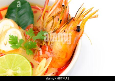 Closeup Tom Yum Soup oder Fluss Garnelen scharf saure Suppe (Tom Yum Goong) isoliert auf weißem Hintergrund, thailändische - Stockfoto