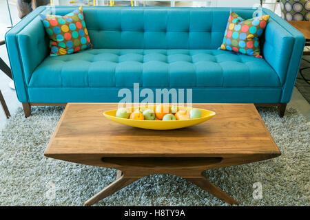 Mitte Des Jahrhunderts Hackbraten Abendessen · Mitte Des Jahrhunderts Blaue  Sofa Und Couchtisch Aus Holz In Palm Springs, Kalifornien, USA