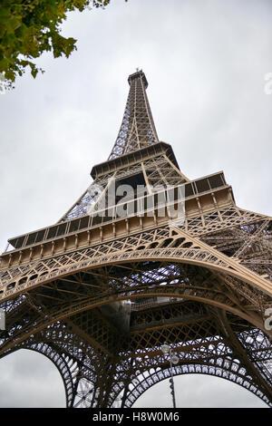 Eiffelturm, Paris, Frankreich, Europa - von unten gesehen - Stockfoto