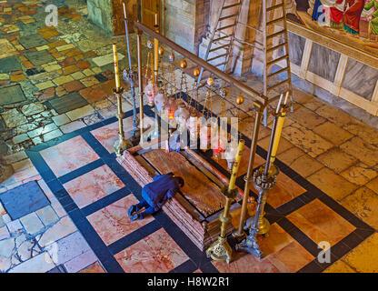 Der Mann betet auf den Knien in der Nähe von Stein der Salbung in der Kirche des Heiligen Grabes - Stockfoto