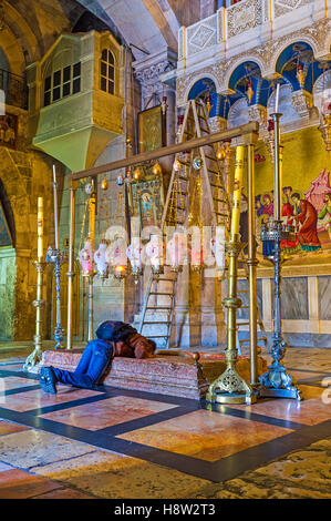 Der Verehrer Mann auf den Knien küsst in der Kirche des Heiligen Grabes den Stein der Salbung - Stockfoto