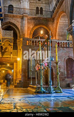 Die Seitenansicht auf den Stein der Salbung und der Weg zur Rotunde in der Kirche des Heiligen Grabes - Stockfoto