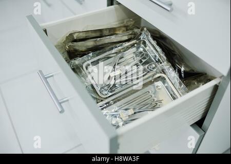 chirurgische Instrumente in einer speziellen Box-Nahaufnahme - Stockfoto