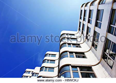 Fenster außenansicht haus  Hellblaues Hausfassade mit weißen Tür- und Fenster - typisch ...