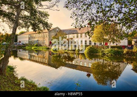 Alte Industriebauten am Flussufer umgebaut und modernisiert für kommerzielle Bürozwecke neben Fluß Avon in Chippenham - Stockfoto