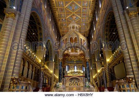 PECS, Ungarn - Juli 2015: Golden Interieur der schönen St. Peter und St. Paul Basilika in Pecs, Ungarn. - Stockfoto