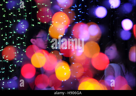 Singapur. 17. November 2016. Während ein Medien-Vorschau des All-Star-Weihnachten Santas in ein festliches Licht - Stockfoto
