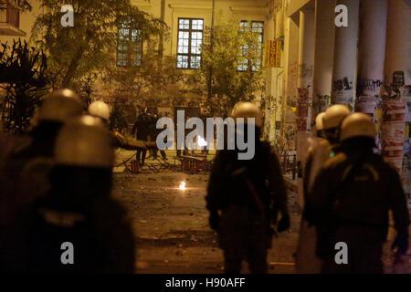 Athen, Griechenland. 17. November 2016. Demonstranten stehen entgegengesetzte Aufruhr Polizisten. Einer der Demonstranten - Stockfoto