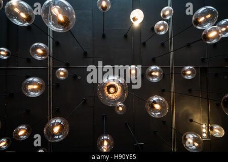 Unteransicht des Glühbirnen Hintergrund über dunkle Mauer - Stockfoto