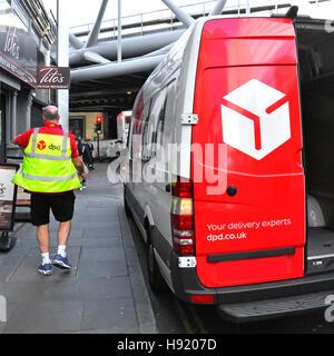 DPD Logistik van Lieferung Mann Fahrer tragen Paket an Adresse in London England UK tragen Gesundheit & hohe Vis - Stockfoto