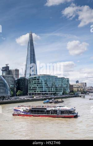 Ein Vergnügungsschiff drehen auf der Themse in London. - Stockfoto