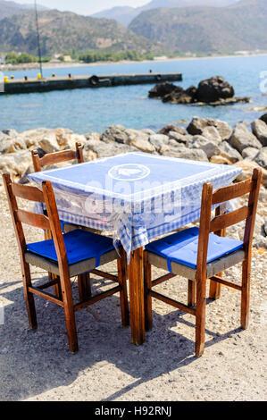 traditionelles griechisches restaurant mit blauen tischen und st hlen in matala kreta. Black Bedroom Furniture Sets. Home Design Ideas