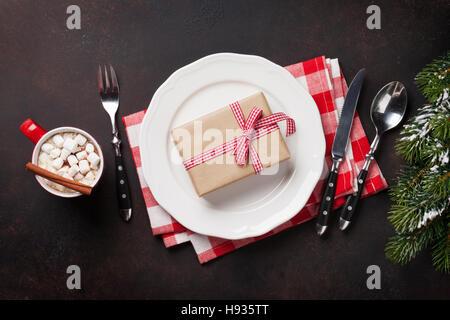 Weihnachts-Geschenk-Box auf Teller, heiße Schokolade mit Marshmallow und Tanne Baum. Ansicht von oben - Stockfoto
