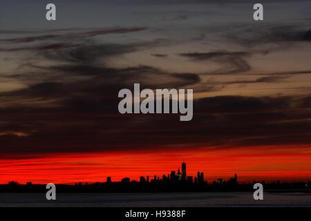 Lower Manhattan, Skyline von New York City von der Rockaways Blick über Jamaica Bay bei Sonnenuntergang gesehen.