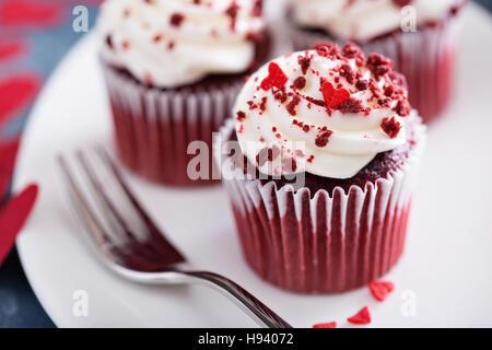 Red Velvet Cupcakes für Valentinstag - Stockfoto