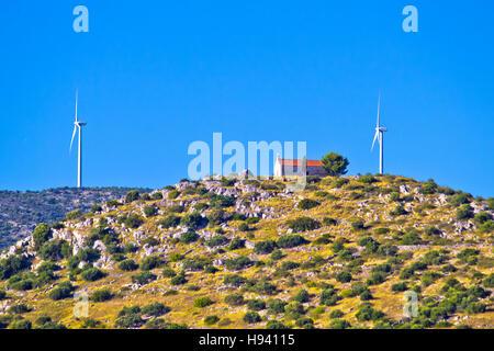 Alte Stein Kirche und grüne Energie-Anlage am Hügel in Dalmatien, Kroatien - Stockfoto