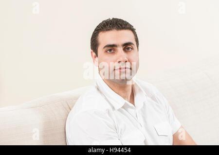 Porträt eines nahen Ostens im Innenbereich - Stockfoto