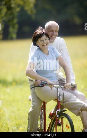 Älteres Paar, Fahrrad, vital - Stockfoto