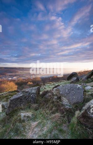 Dramatischen Himmel bei Sonnenaufgang über das Wharfe Tal auf einen frostigen, nebligen, Wintermorgen - Blick vom - Stockfoto