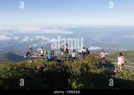 Chiang Mai, Thailand - 4. November 2016: touristische fotografieren und Bergblick auf Holz Balkon-Terrasse am Kew - Stockfoto