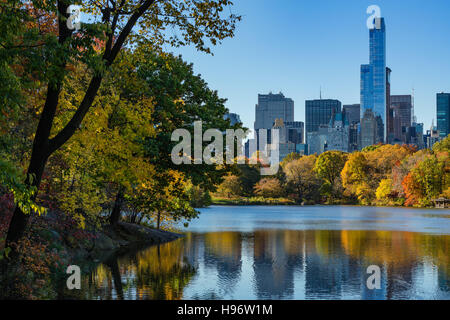 Herbst im Central Park in The Lake mit Midtown Wolkenkratzer. Stadtbild Sonnenaufgang, Manhattan, New York City