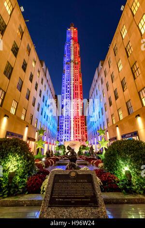 Rockefeller Center in der Dämmerung in weiß, rot und blau beleuchtet. Midtown Manhattan, New York City - Stockfoto