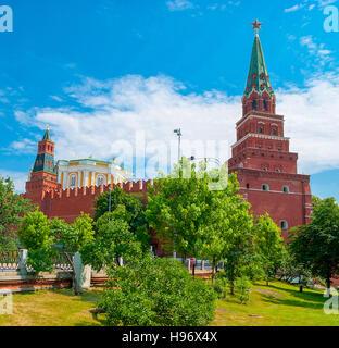Die Oruscheinaja (Waffenkammer) Turm und Borovitskaya Turm (mit einem Stern) des Moskauer Kreml von Alexander Garden. - Stockfoto