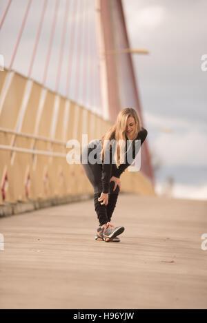 Schöne Frau auf Wanderung Brücke - Stockfoto