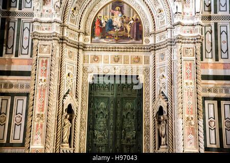 Der Marmor Fassade des Doms in Florenz in der Nacht - Stockfoto