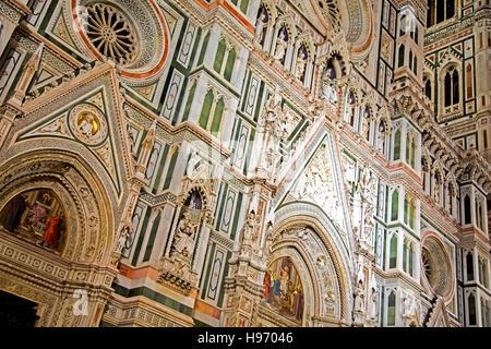 Marmor-Fassade des Doms in Florenz in der Nacht - Stockfoto