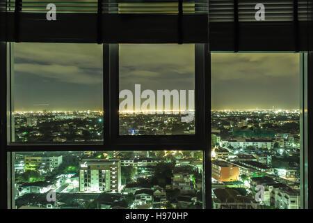 Durch ein Fenster betrachtet Stadt Bangkok - Bangkok - Thailand - Stockfoto