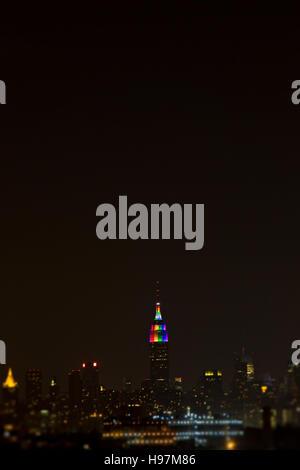 Das Empire State Building leuchtet mit Stolz - Stockfoto