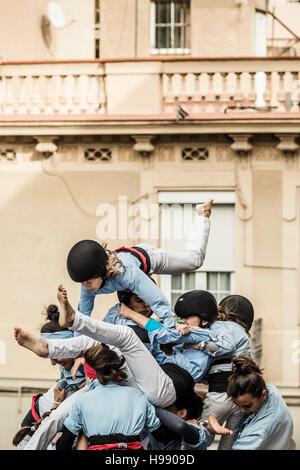 """Barcelona, Spanien. 20. November 2016: ein menschlichen Turm stürzt nach gebaut während einer """"Diada Castellera' - Stockfoto"""