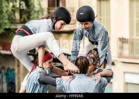 """Barcelona, Spanien. 20. November 2016: ein junges Mitglied der """"Castellers de Poble Sec"""" steigt nach oben eines - Stockfoto"""